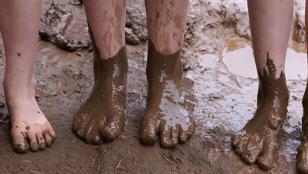Modderdag, buitenspelen, in de modder spelen