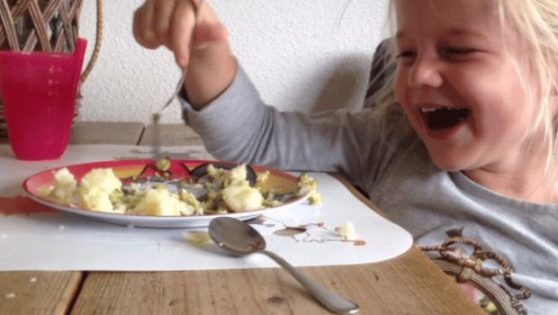 tafelen met kinderen, kinderen aan tafel, slecht eten van kinderen
