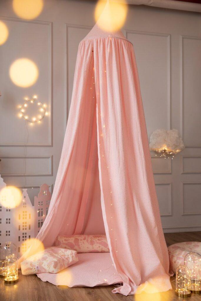 bedhemel, roze meisjeskamer