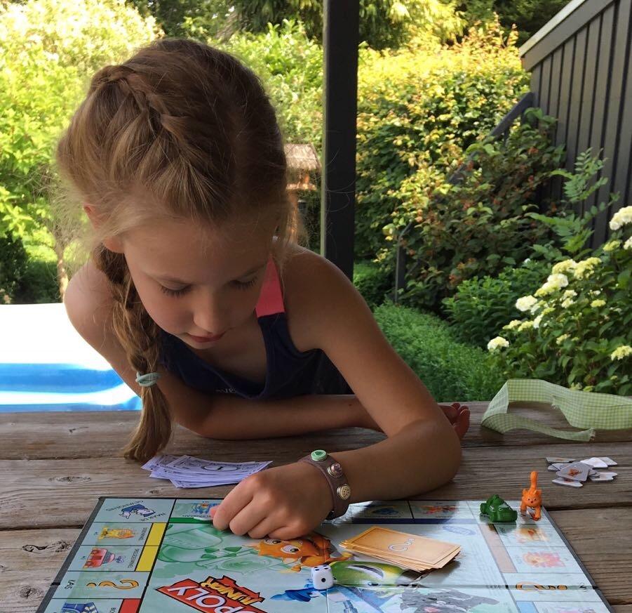 kind liegt met monopoly