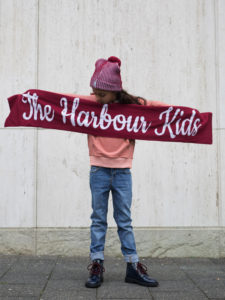 01 Scarf-Girls-TheHarbourKids-the-harbour-kids, the harbour kids, red beanie, red scarf, rode sjaal, rode muts, oranje trui, oranje hoodie