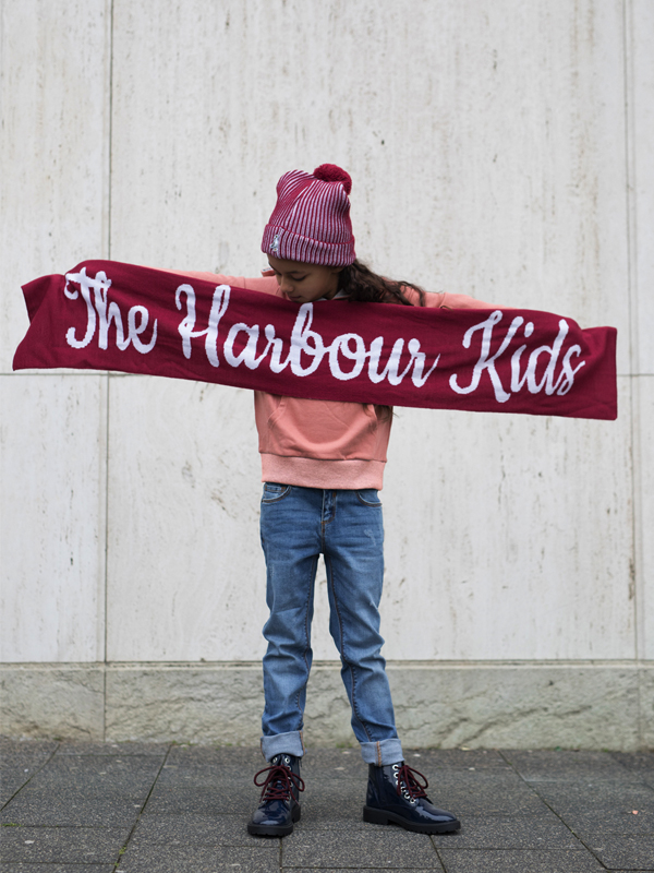 01 Scarf-Girls-TheHarbourKids-the-harbour-kids, the harbour kids, red beanie, red scarf, rode sjaal, rode muts, oranje trui, oranje hoodie