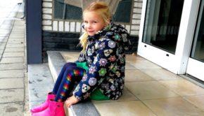 le chic winterjas, winterjas meisje, wintercollectie 2018, bloemetjes jas, blauwe jas, roze laarzen, le chic, le chic meisje