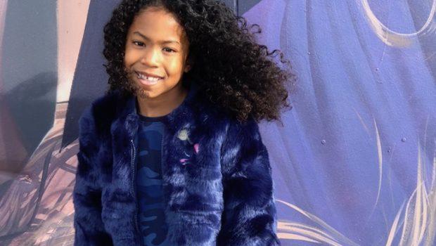 quapi kidswear, quapi girls, fake fur jas, blauwe jas, blauwe fake fur, longdress, maxi dress, blauwe jurk, krullen, meisje met krullen