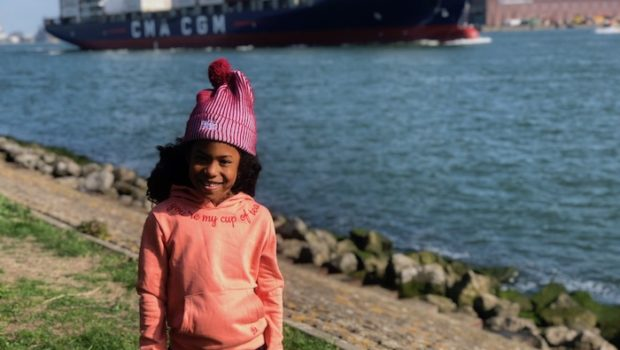 the harbour kids review, the harbour kids, pink hoodie, oranje sweater, capuchon, muts, meisje met krullen