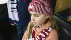 TheHarbourKids_rode muts, muts en sjaal. rode sjaal, oranje hoodie, meisjessweater