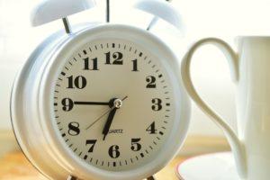 alarm-clock-2116008_1280, wekker, ochtendritueel, wakker worden, opstaan, basisschool, witte klok