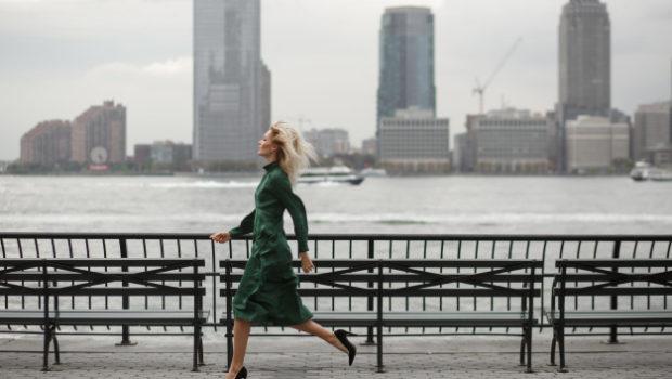datende mama, de-nadenkende-vrouw-loopt-in-haar-elegante-kleding-langs-de-rivierkust-in-new-york_8353-1363, new york, zwarte pumps