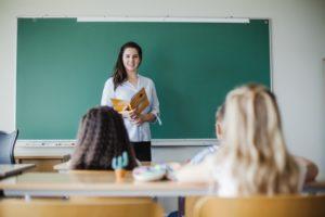 kinderen-zitten-in-klaslokaal-met-leraar_23-2147658992, ochtendritueel, basisschool, lerares, juffrouw, klas