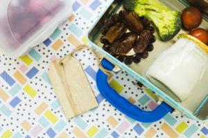 lunchboxes-op-gevormde-achtergrond_23-2147866300, ochtendritueel, opstaan, wakker worden, lunch maken, lunchtrommel, basisschool