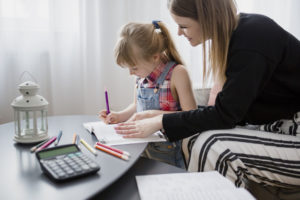 moeder-en-dochter-huiswerk-samen_23-2147800135, de franse basisschool, huiswerk maken