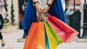 shopping, vrouw met tassen, kledingstrijd, vrouw-met-kleurrijke-tassen-op-straat_23-2147666135