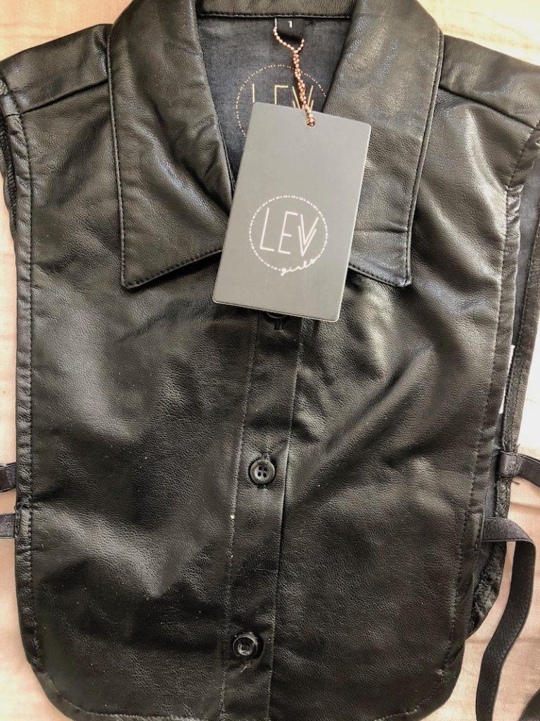 LEVV jurk, levv girls, levv labels, style labels, levv aw 2018, losse kraag, zwarte kraag, nepleren kraag