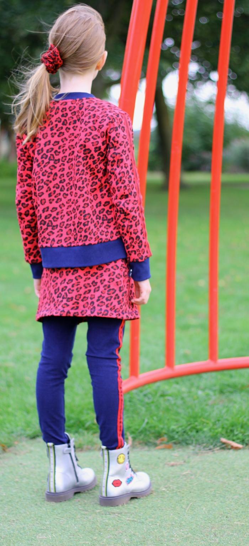 trendy meisjeskleding, rode luipaardprint, rode rok, zilveren booties