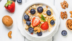 snel gezond ontbijt, crunchy flakes with blueberries and various yogurts for healthy breakfast, snelle gezonde ontbijtjes, gezonde leefstijl, muesli, cereal, cornflakes, ontbijt