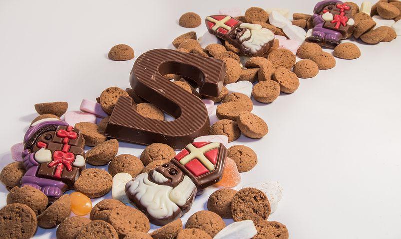 sinterklaas tradities, pepernoten, kruidnoten, strooigoed, sinterklaas strooigoed, chocolade letter