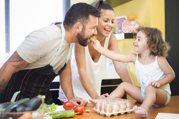 inderen en groente, healthblog, gezonde leefstijl, foodblog, vrouw-kijken-dochter-voederen-paprika-naar-haar-vader_23-2147892125
