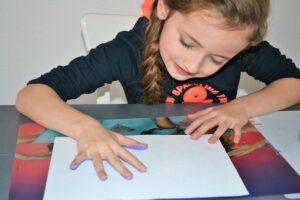 knutselen meisjes, creatief met vingerverf, creatief bezig zijn, samen knutselen, verf kleuters, verf meisjes