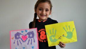 knutselen meisjes, creatief met vingerverf, creatief bezig zijn, samen knutselen, vingerverf kleuters, verf meisjes