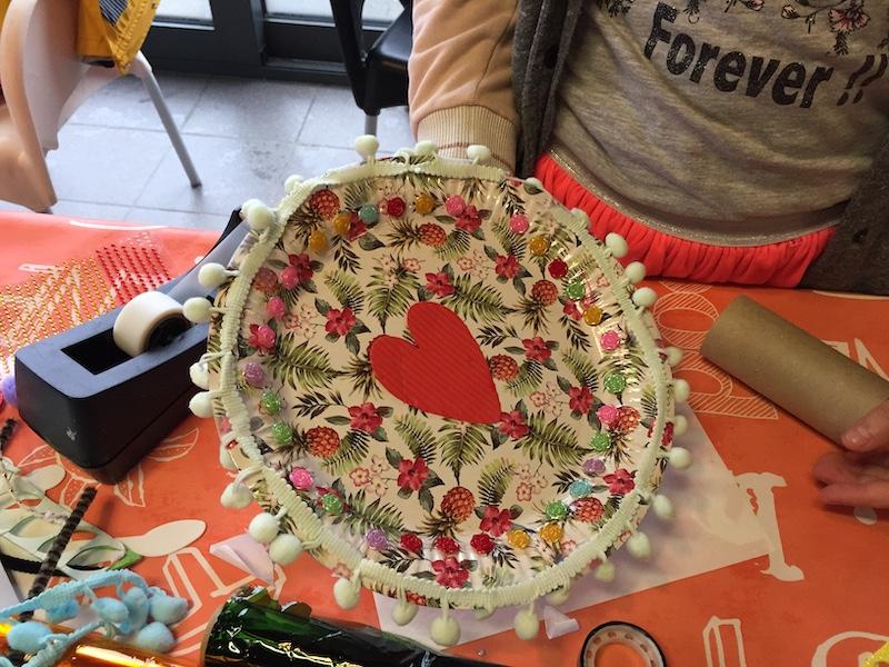 Bord versierd, papieren bord knutselen, knutselen met papier