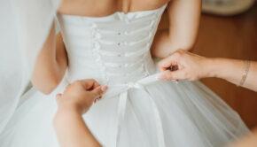 bruidsmeisje-maakt-boog-knoop-op-de-achterkant-van-bruiden-trouwjurk_8353-5782, damesmode 19e eeuw