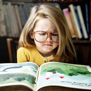 meisje boek, meisje lezen, meisje bril