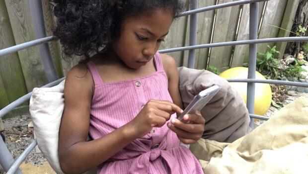 eerste mobiele telefoon kind