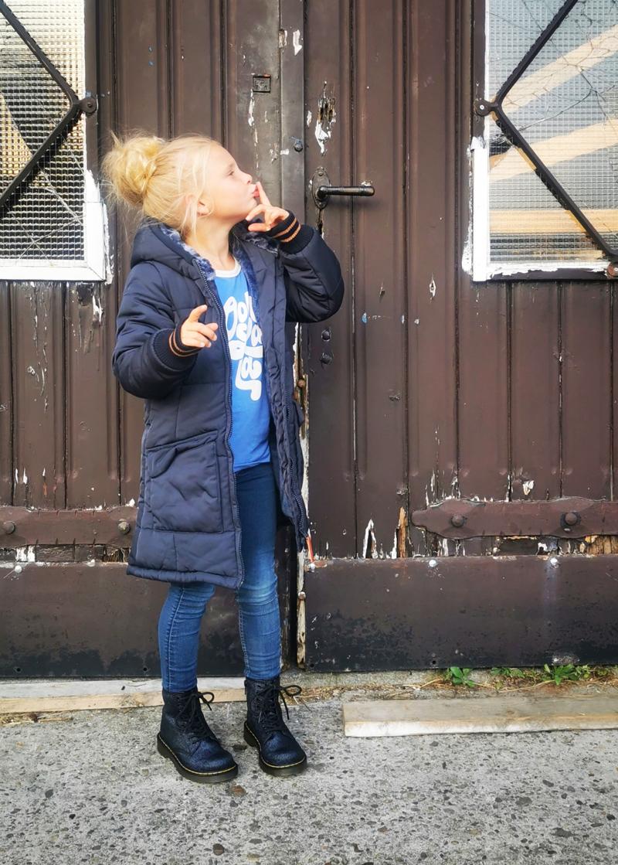 donkerblauwe winterjas meisje, donkerblauwe parka jas, warme winterjas kind, girlslabel, kindermode review