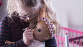 poppenmoeder, poppen moedertje, mijn dochter speelt met poppen, babypop