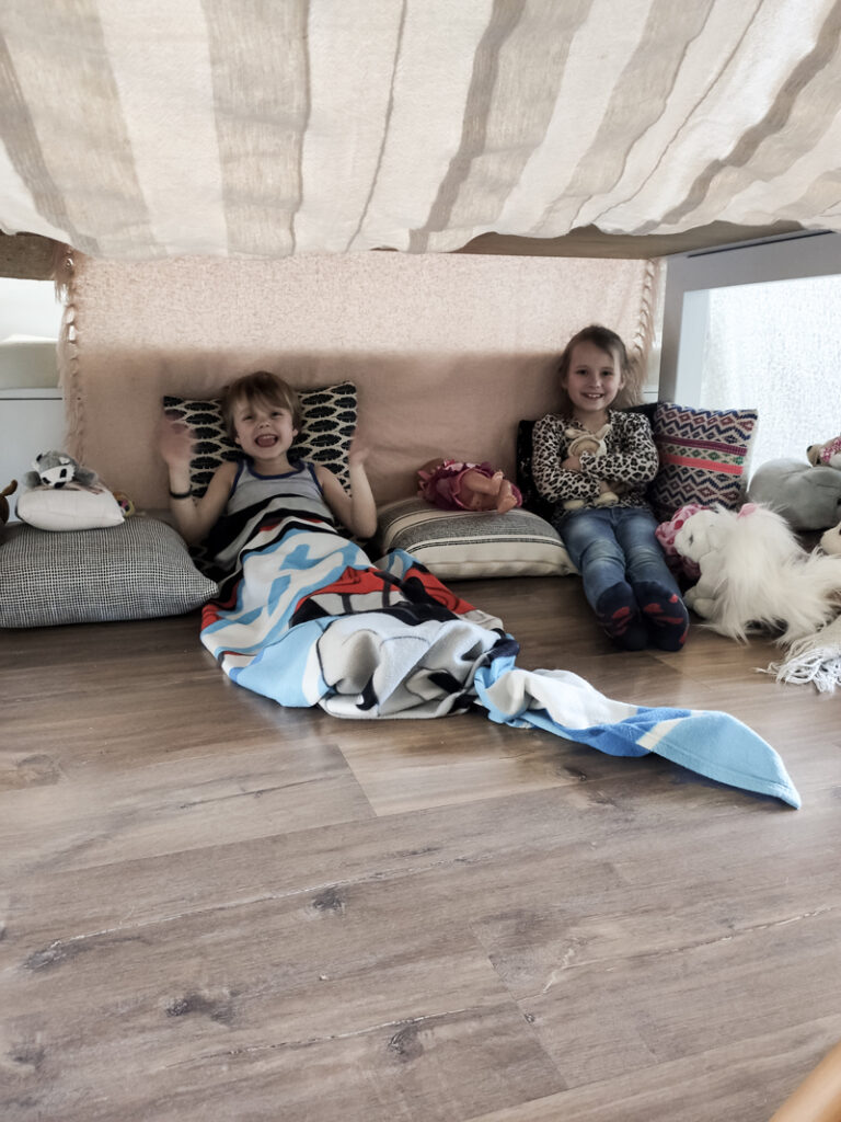 thuis met het hele gezin, verveling kinderen, thuis werken, thuis door corona, thuisblijven