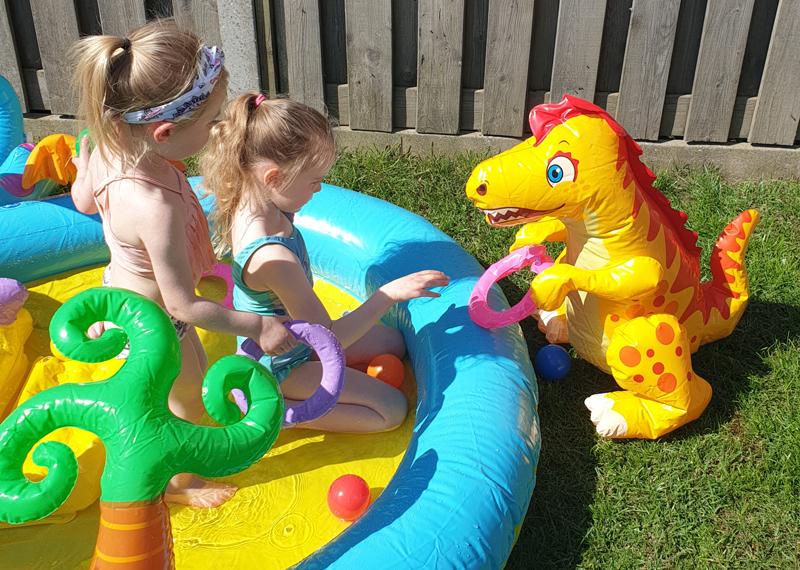 waterpretpark in achtertuin, zwembad met glijbaan, dino zwembad, mega opblaasbad met glijbaan