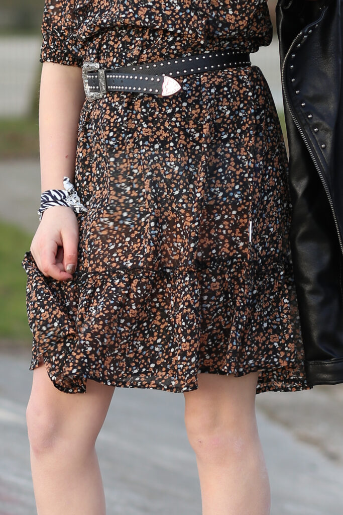 retour jeans jurkje, jurkje met bloemetjesprint, trendy jurkje, roeseljurkje