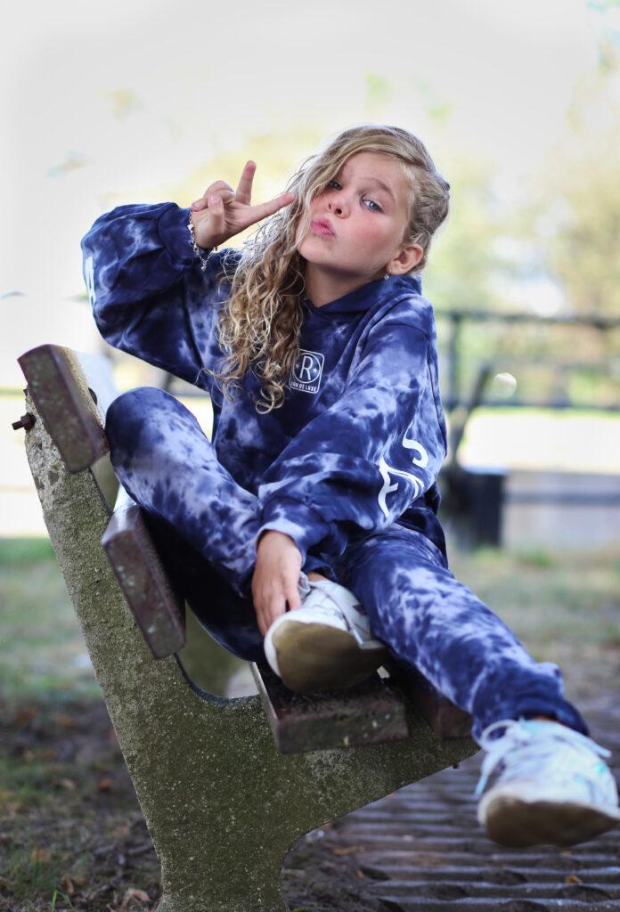 Mini fashionista, tie dye meisjes kleding, retour jeans winter 2021, stoere meidenkleding, comfy meisjes kleding, hoodie meisje, sweatpants meisje, tie dye, tie dye print,  retour hoodie elly, RJG-13-705, blauwe hoodie